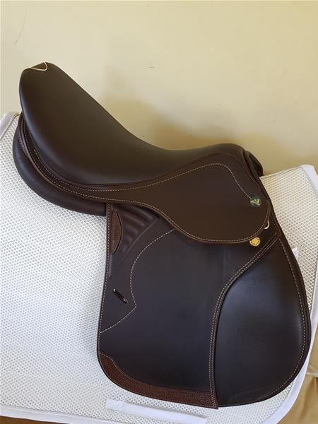 PRESTIGE JUMP SADDLE  fully mounted