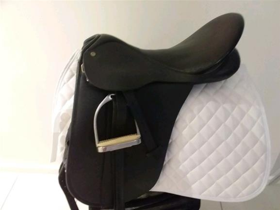 Bates Dressage Saddle 17inch As New